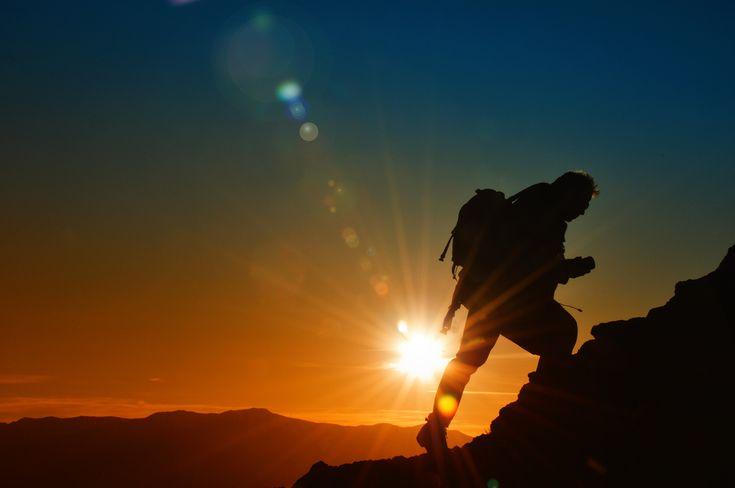 Прежде чем сдаваться, вспомни ради чего ты все начинал. Before giving up, remember what you started it all for.  сдаваться [sdavàtsa] - give up SOUND: www.ruspeach.com/news/6866/