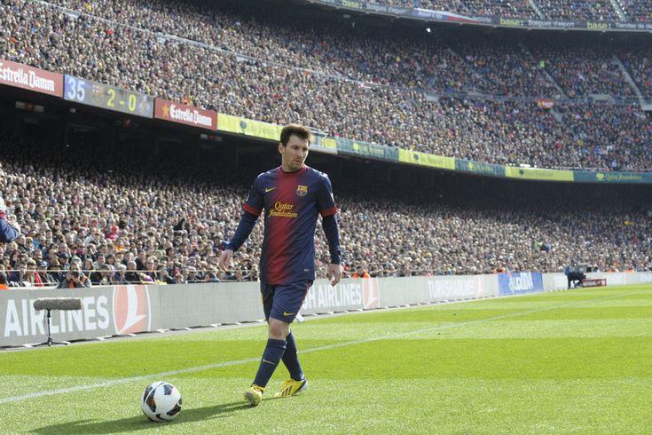 Lionel Messi, el mejor jugador de la historia, saca un córner ante 85000 espectadores en el Camp Nou. Foto de Mundo Deportivo