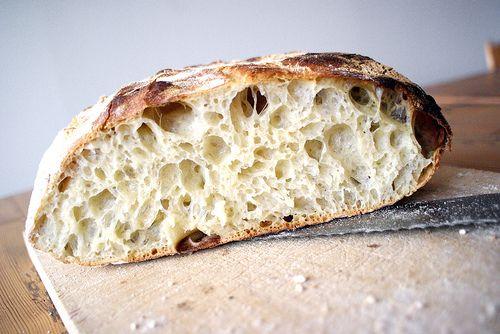 Det här ganska knasiga men fantastiskt goda brödet bakade jag häromdagen utan annan elektronisk apparatur än ugnen. En bunke, en handduk och...