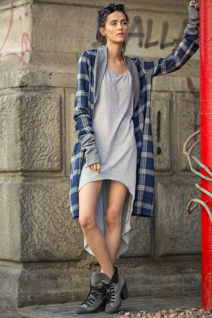 Asymetryczna sukienka w odcieniu szarości, wykonana z najlepszej jakości włoskiej bawełny idealnie sprawdzi się w zestawieniu z koszulą w kratę, skórzaną kurtką czy płaszczykiem w kratkę BLUE ROCK. Oryginalny krój sukienki doskonale dopasuję się do każdej sylwetki, a wycięcie z przodu wyeksponuje nogi. Świetna na wyjście do miasta, imprezę czy plażę.