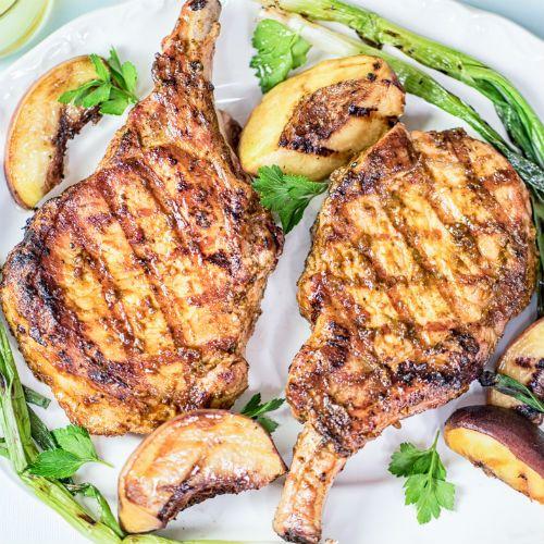 Côtelettes-de-porc-grillées-avec-pêches-grillées-et-oignons-verts