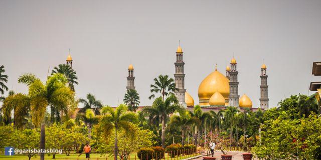 Lapisan Emas 24 Karat di Menara Masjid Kubah Emas - Garis Batas