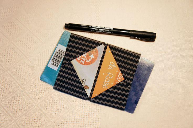 DESCRIÇÃO: Porta-cartão em algodão com 6 bolsos (2 internos, 2 externos e 2 laterias). <br> <br>UTILIDADE: Ideal para homens que gostam de organização, praticidade e que levam pouca coisa na carteira. O melhor é que não faz volume no bolso da calça. Serve para colocar cartões de visita, cartões de debito e credito, ticket de estacionamento, comprovantes de pagamento e até 2 cédulas de dinheiro dobrada. <br> <br>MOSTRUÁRIO: Pode ser confeccionado em outras estampas da pasta de mostruário…