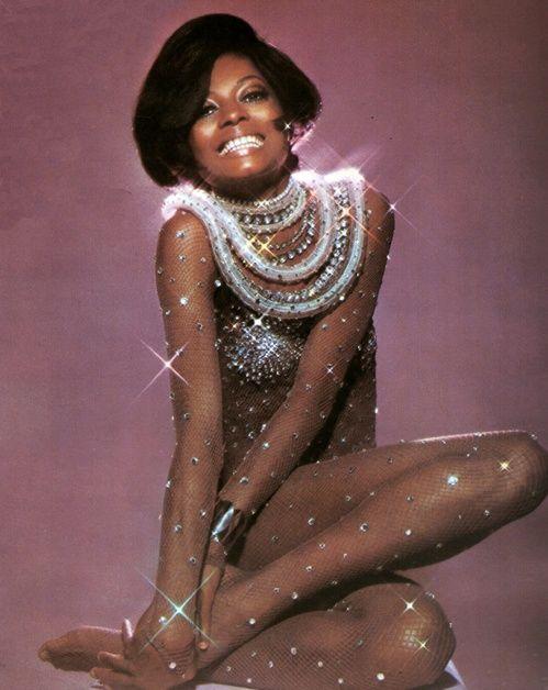 Diana Ross en costume Bob Mackie lors d'une séance photo en Australie le 1 septembre 1974 http://www.vogue.fr/mode/inspirations/diaporama/icnes-le-style-des-party-girls/23979#diana-ross-en-costume-bob-mackie-lors-dune-sance-photo-en-australie-le-1-septembre-1974