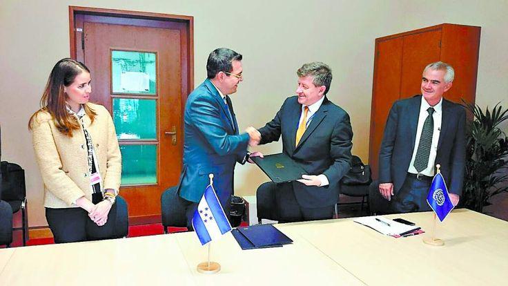OIT: Honduras cumple con los derechos de indígenas   El Estado fue bien evaluado por la aplicación del Convenio 169 antes de la presentación de Examen Periódico Universal. El ministro del Trabajo, Carlos Madero, saluda a Guy Ryder, director de la OIT en Ginebra.