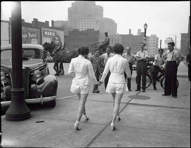 Dívky v Torontu ukazují na veřejnosti do té doby nevídanou věc - odhalené nohy (1937)