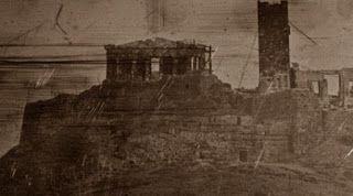 Η παραπάνω φωτογραφία είναι η παλαιότερη φωτογραφία που σώζεται ως σήμερα από την κατεστραμμένη Αθήνα επί τουρκοκρατίας. Το υλικό ανήκει στον Josepf-Filibert Girault de Prangey ο οποίος ξεκίνησε από ζωγράφος αλλά τον κέρδισε η τέχνη της φωτογραφίας που διδάχτηκε από τον εφευρέτη της Δαγκεροτυπίας Louis Daguerre. Τραβήχτηκε από τον Λόφο των Νυμφών και το Αστεροσκοπείο το 1842.