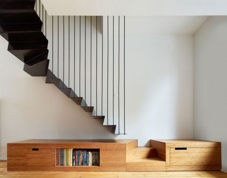 escalier demi-tournant en métal noir, peinture blanche et sol en bois massif