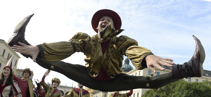 Un acrobat sare în timp ce participă la parada costumelor tradiţionale bavareze, în timpul festivalului berii, #Oktoberfest, în Munchen, Germania, duminică, 22 septembrie 2013. (  Christof Stache / AFP  ) - See more at: http://zoom.mediafax.ro/people/oktoberfest-2013-11408591#sthash.8lwJxUuz.dpuf