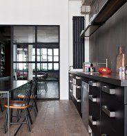 une cuisine noire et blanche au look industriel marie claire maison