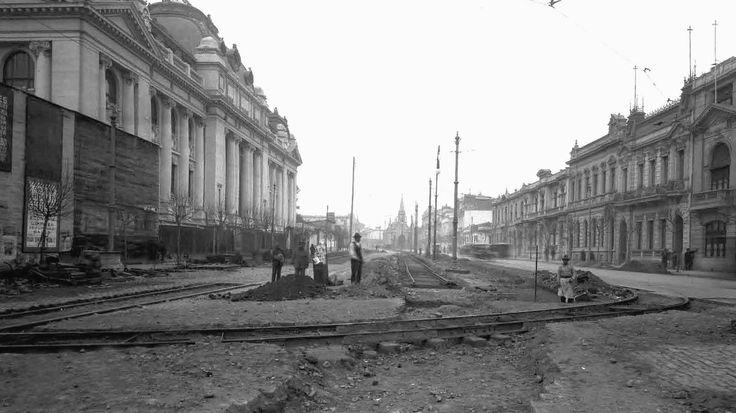 Obras para la instalación de rieles en la Alameda, frente a la Biblioteca Nacional durante el agosto de 1922. El tranvía de Santiago fue uno de los primeros de toda Latinoamérica. En 1857 ya se usaba este medio de transporte con tracción animal.