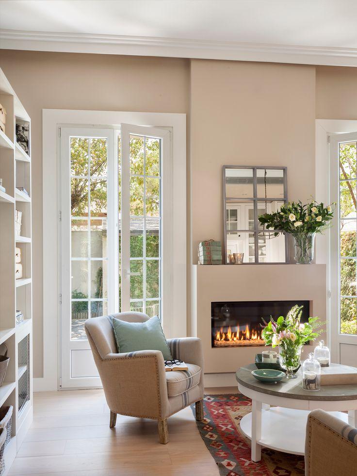 Salón con chimenea y ventanas con cuarterones