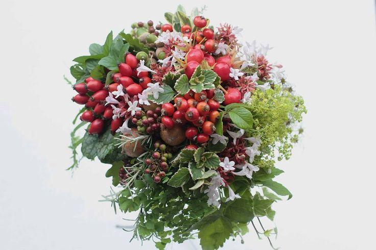 Bouquet autunnale con bacche di rose