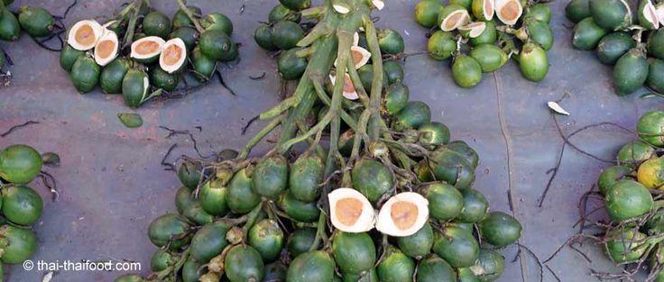 Die Betelnuss ist die Frucht der Betelpalme, die auch Arekapalme genannt wird. Betelkauen hat in Thailand Tradition. Die Wirkung ist aufputschend.