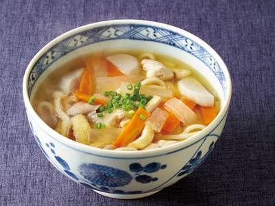 浜崎 典子さんの生うどん,鶏もも肉を使った「しっぽくうどん」のレシピページです。【郷土料理 香川県】根菜や鶏肉を、煮干しだしのつゆで煮た体の芯から温まるうどんです。 材料: 生うどん、鶏もも肉、大根、にんじん、油揚げ、里芋、煮干しだし、A、細ねぎ、七味とうがらし、塩