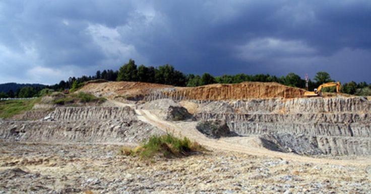 ¿Cuáles son los riesgos asociados con la minería a cielo abierto?. Las minas a cielo abierto son minas superficiales expuestas al aire. Son excavadas tallando cornisas cada vez más profundas sobre la roca, de la que se pueden extraer minerales o carbón. Aunque estas minas, de acuerdo al Daily Star, generalmente son más seguras que las minas bajo tierra en términos de víctimas mortales humanas, aún así constituyen ...