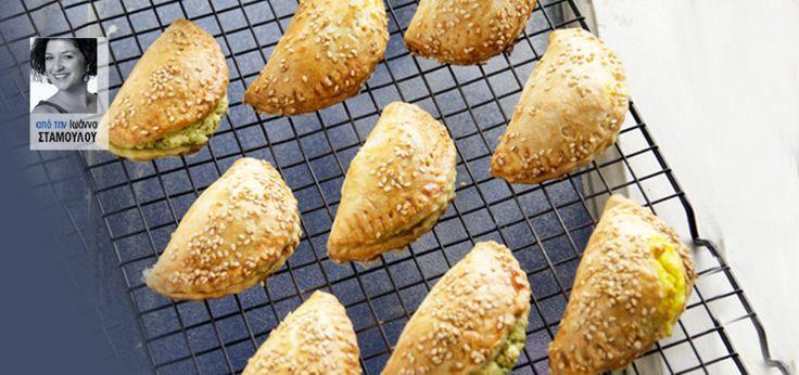 Νόστιμα και μυρωδάτα πιτάκια με 3 διαφορετικές γεμίσεις που μπορείτε να τα καταναλώσετε ακόμα και κρύα. Το τέλειο σνακ για το γραφείο ή το απογευματινό τσιμπολόγημα.