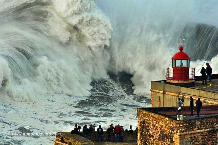 Giant waves in Nazaré - Portugal 2 de Fev. 2014 © Nuno Angelino