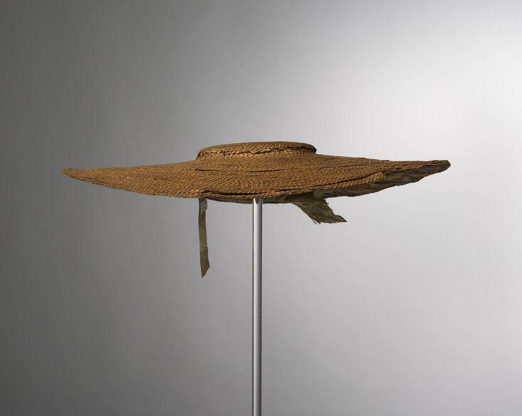 Zogenaamde schelphoed gevoerd met 18de eeuwse Indiase sits. Restanten van keellinten. Schelphoeden waren tot omstreeks 1850 in een groot deel van Zeeland mode. Deze hoed komt uit Nieuw- en St. Joosland. voor 1850 #Zeeland #NieuwStJoosland