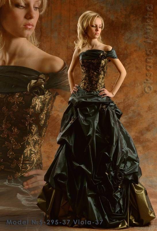 две женщины в старинных бальных платьях ласкают друг друга