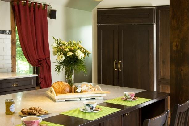Armoires de cuisine de style classique. La cuisine a été réalisé en pin teint. Le tout est harmonisé avec un comptoir de marbre.