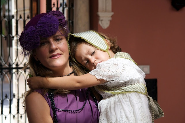 Madre e hija con tocado morado y vestido perforado #vintage
