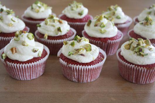 Rote-Beete-Cupcakes mit Frischkäse-Topping und Pistazien