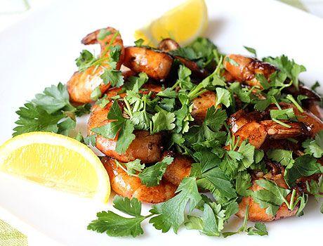Жареные креветки в соевом соусе - очень вкусное и быстрое в приготовлении блюдо. Такая закуска прекрасно подойдет для вечеринки и пикника.