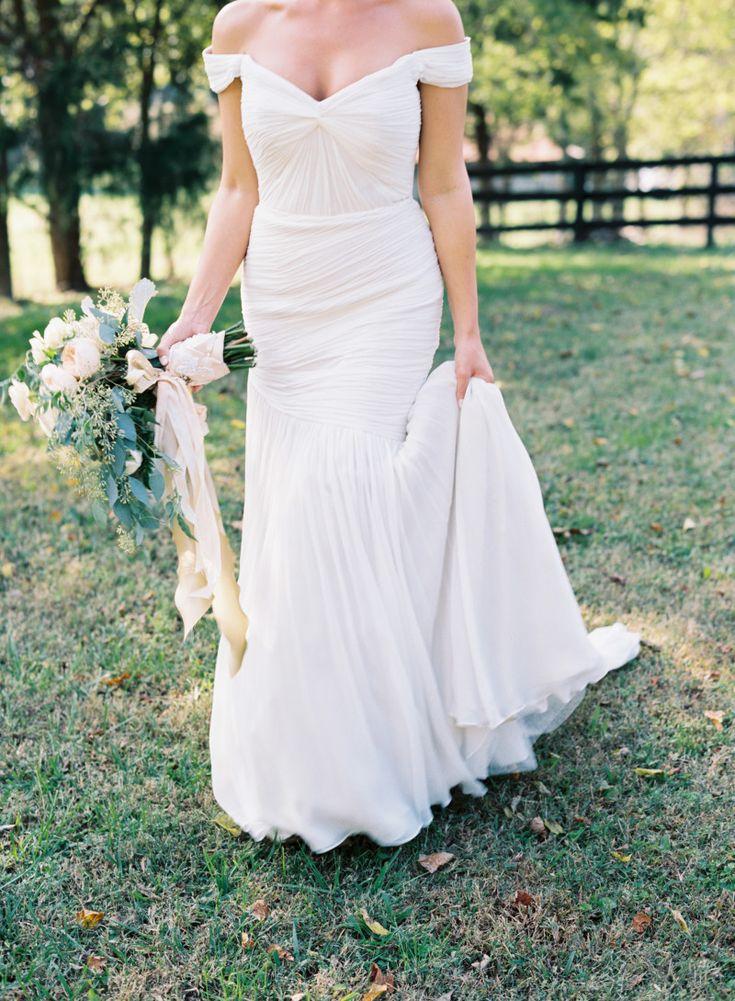 FitnFlare Kleid und Brautstrauß mit Nude-farbenen Seiden-Bändern ...