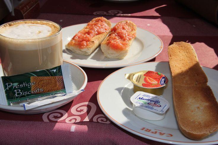 Típico desayuno español. Café y tostada con tomate...