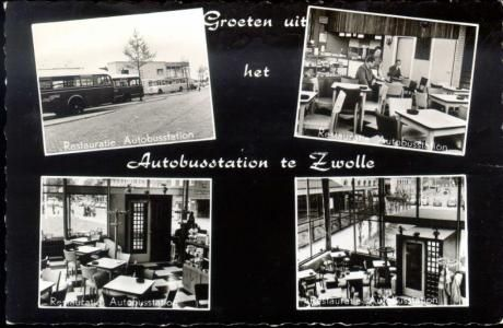 Stationsplein, het interieur van de restauratie van het autobusstation (geopend 1951) , ca. 1960. Door de ramen is het Stationsplein te zien en de overkapping van het perron waar ondermeer de trein naar Emmen vertrekt. Hier staat ook een (grijze) telefooncel (vanaf 1932 tot diep in de jaren 80 in Nederland, ontworpen door de Rotterdamse architecten Brinkman en Van der Vlugt, de eerste telefooncel in Zwolle werd op 7 december 1933 aan de Veerallee geplaatst).