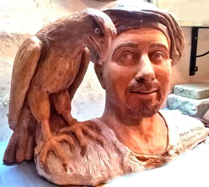 falconiere con poiana in scultura icona