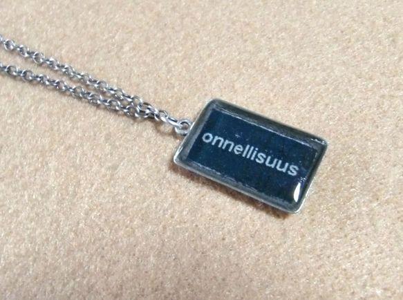 フィンランド語で『幸せ』という意味の言葉を入れたネックレスです。銀古美の長方形のセッティングに樹脂を流し込んで作りました。シンプルなので男性・女性にかかわらず...|ハンドメイド、手作り、手仕事品の通販・販売・購入ならCreema。