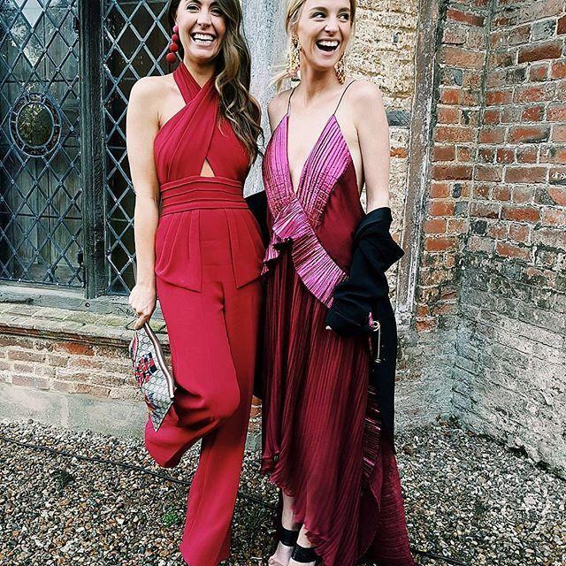 Una de las combinaciones de colores que más vamos a ver esta primavera  #disoñandobodas #disoñando #invitadaperfecta #invitada #boda #bbc #bodas #wedding #fashion #moda #streetstyle #style #estilo #bride #loveit #love #weddingblog #rosa #rojo #dress #mono #tendencia #invitadas #shoes #comunion #bautizo