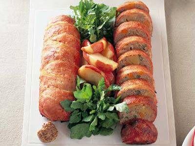 藤井 恵さんの豚ロース肉を使った「カラフル・ミートローフ」のレシピページです。切り分けるとカラフルな野菜がのぞいて、彩りがきれい。野菜が苦手な子どもでも、くりの甘みでおいしく食べられます。 材料: 豚ロース肉、A、さやいんげん、にんじん、くりの甘露煮、チーズ、付け合わせ、クレソン、ソース、粒マスタード、サラダ油、塩、こしょう