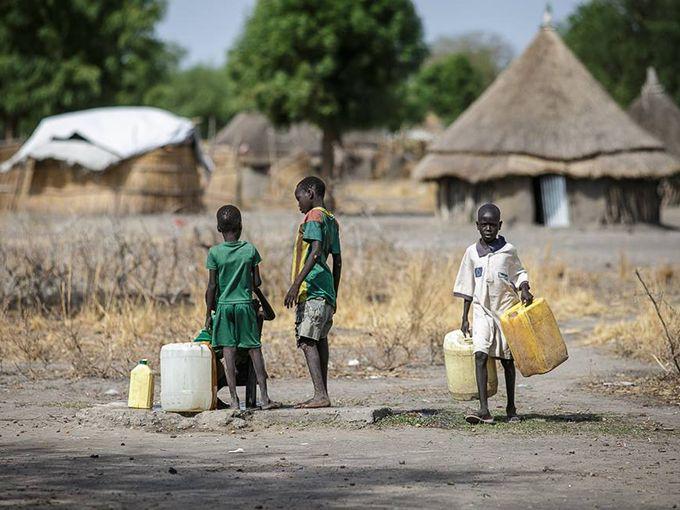 Jak wygląda życie codzienne w Syrii, Nepalu, Sudanie Południowym czy Somalii? Jak działają organizacje humanitarne, co szkodzi ich wizerunkowi i dlaczego wciąż tak dużo jest wadliwej pomocy? O tym, że pomaganie to niełatwa sztuka dokonywania wyborów rozmawiamy z Janiną Ochojską i Marią Juraszczyk z Polskiej Akcji Humanitarnej.