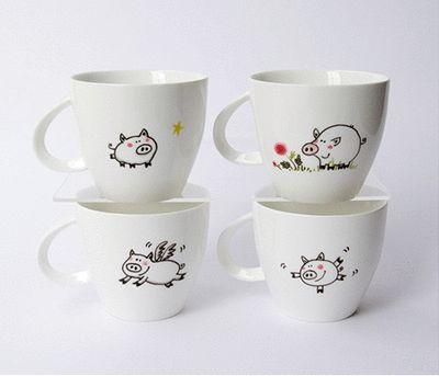 Juego de café · Coffee set · Cerditos · Pigs Dibujados a mano sobre porcelana · Hand drawn on porcelain www.cayagutierrez.com/objects