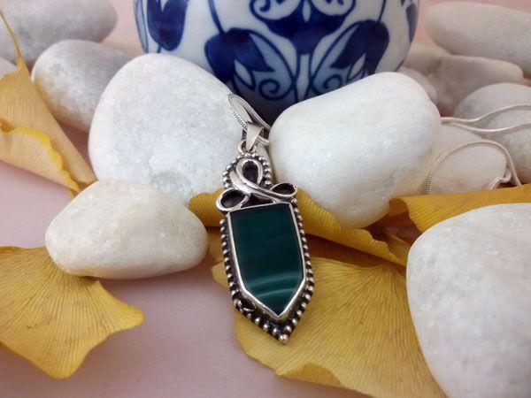 Colgante artesanal de plata y Agata verde.