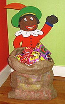Knutselwerkje Piet met cadeautjes in zak van knutselidee.nl