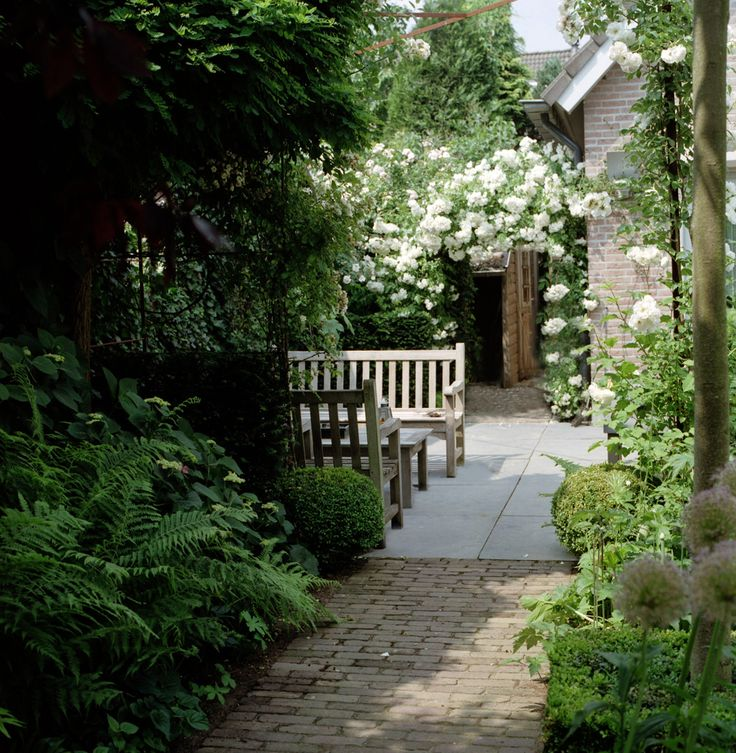 I'm currently into benches facing each other in the garden. Even when no one's there, it is cozy looking. Bernadette den Bieman Tuinontwerp
