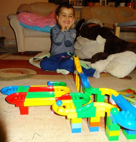 Radosť malého chlapca pri spustení guľôčky po dráhe Hubelino