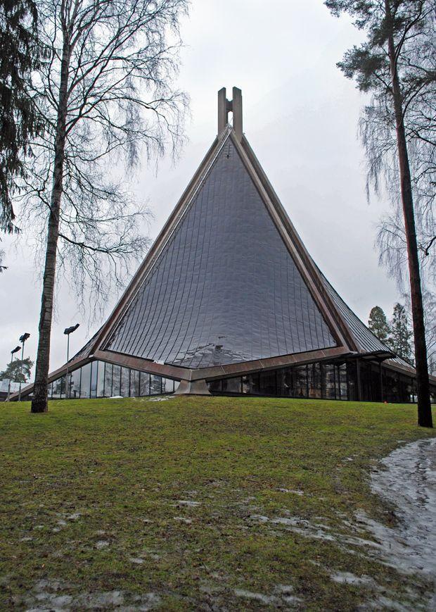 Modernia kirkkoarkkitehtuuria Helsinki Kannelmäki