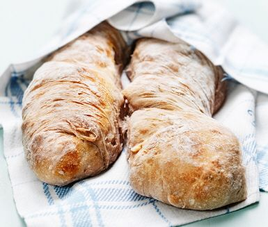 Charlotte Kalla tipsar om valnötsbaguetter med surdeg till frukost. Surdegsbaguetterna tar två dagar att baka då surdegen behöver stå över natten. Resultatet är goda baguetter med knapriga valnötter som passar lika bra till frukostmackan som att servera till soppor och sallad.