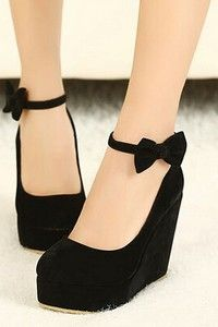 Черные замшевые туфли на танкетке и с бантиком на ремешке