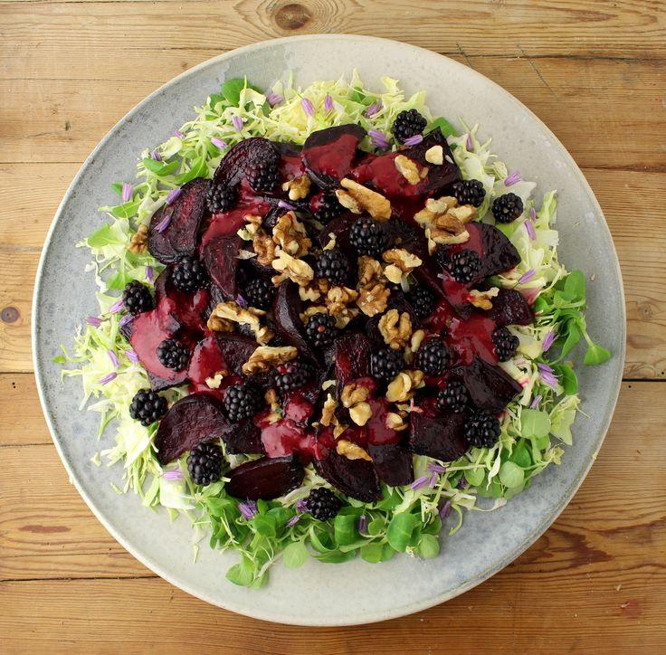 Salat med balsamicobagte rødbeder, spidskål og brombærvinaigrette