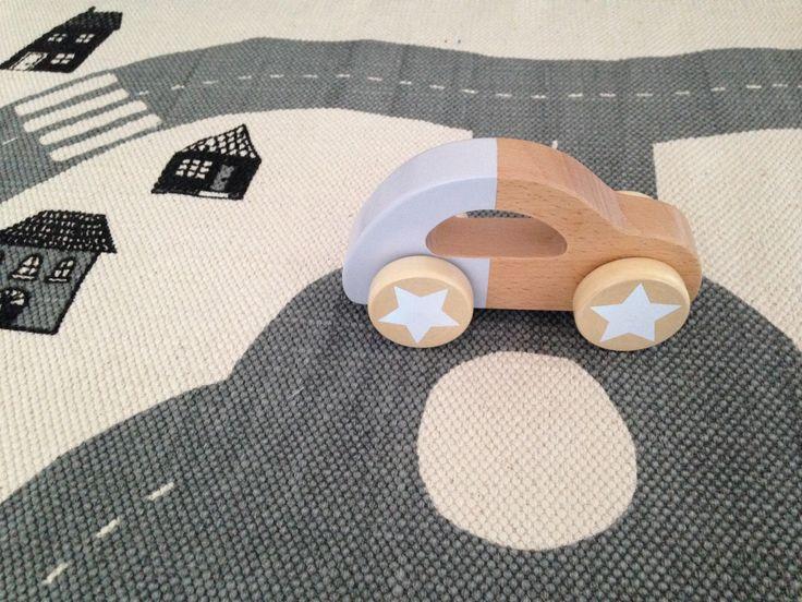 Fin legetøjsbil i træ fra Bloomingville.