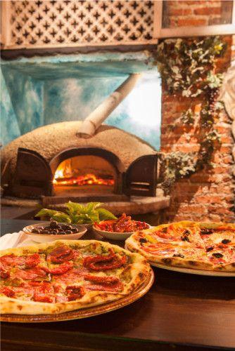 Las #pizzas vienen en tamaño personal acompañadas de #vino y se pueden escoger 4 bases distintas: napolitana, pesto, suero costeño y salsa barbecue. ¡Bocatto di cardinale!