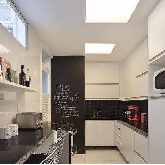Cozinha l Destaque para o clássico branco e preto que adoramos, e parede lousa.