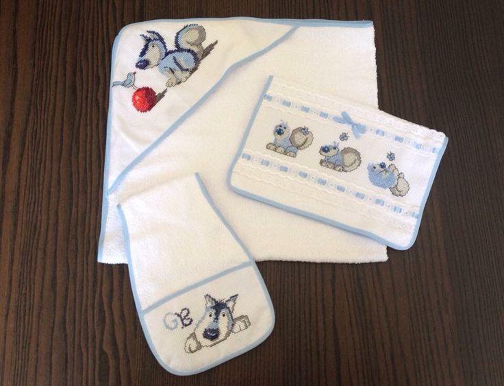 Set accappatoio, asciugamano e panno per ruttino ricamato punto croce cagnolino