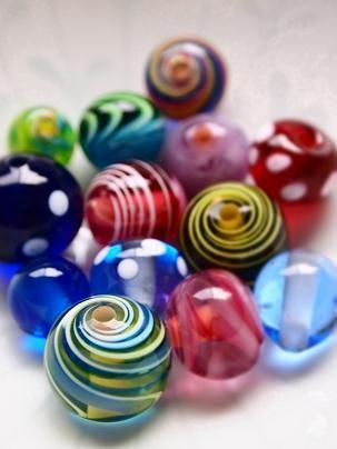 トンボ玉。小さなものから大きなものまであって、いろんな表情があって、とても綺麗で美しいと思う。